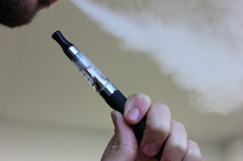 uomo che fuma 2_800x533