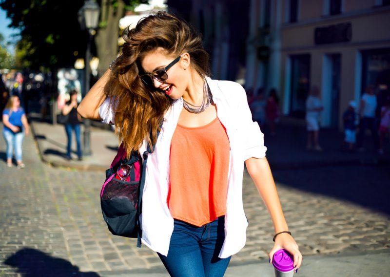 donna casual con gioielli fashion